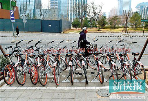 3月17日,在北京市石景山区银河大街,共享单车整齐有序地停放在共享单车推荐停车点。(新华社发)