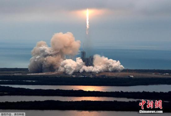 """资料图:SpaceX今年2月19日重启""""太空物流"""",从人类首次登月发射台成功发射""""猎鹰9""""火箭。"""