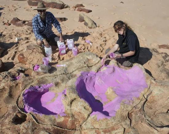 工作人员对恐龙脚印进行考察 (图片来源:新闻聚合网站buzzfeed)