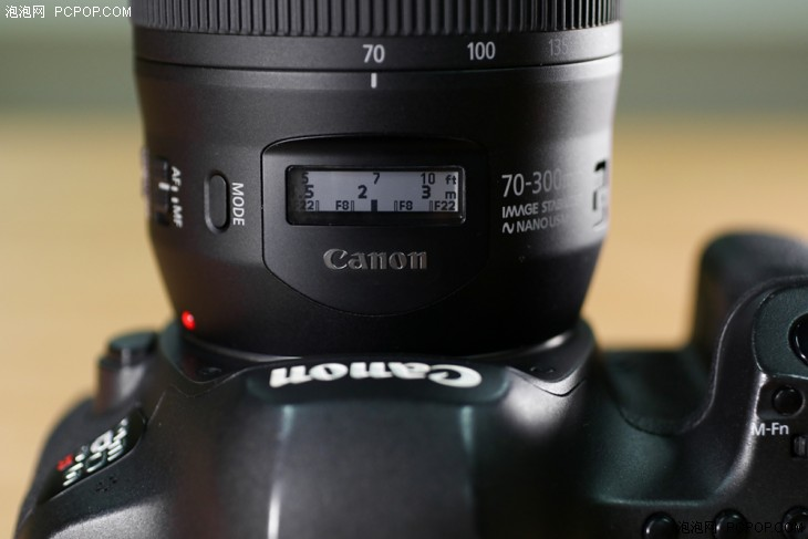 镜头显示屏的特写,MODE键在屏幕的左侧