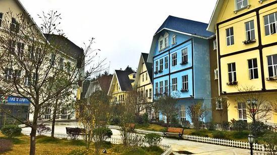 小镇多是这样的彩色尖顶小楼,绿化丰富,十分安静