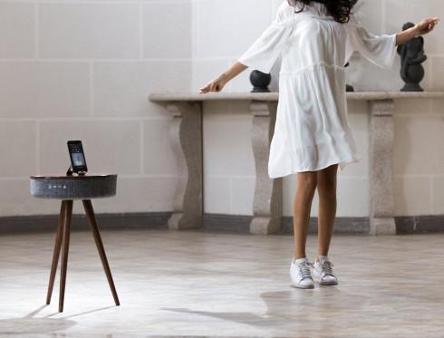 这个优雅三腿边桌 竟然集成了最常用数码功能