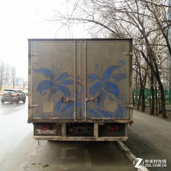 为什么是蓝色的花呢?因为车厢就是蓝色的喷漆