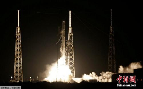"""资料图:2016年7月18日,美国佛罗里达州卡纳维尔角,太空探索技术公司(SpaceX)成功用""""猎鹰9""""火箭将一艘货运飞船送上太空。"""