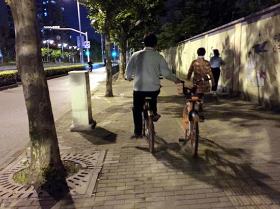 """两辆共享单车""""并驾齐驱""""。"""