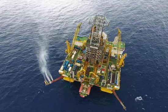 """这是无人机拍摄的""""蓝鲸一号""""钻探平台,正在距离广东省珠海市东南320千米、水深1266米的南海神狐海域实施试采(5月16日摄)。新华社记者梁旭摄"""