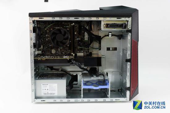 拯救者刃7000的主板为OEM定制,采用电源下置方案,整体布局简洁、清晰、明朗。这款游戏台式机的内部特意优化了风道设计,采用背板走线,内部空间大,使得散热效果显著。通过仔细观察,我们可以依次辨认出拯救者刃7000的主要核心部件i7 7700、8GB 单条DDR4 内存、GTX 1060 3GB独立显卡、M.
