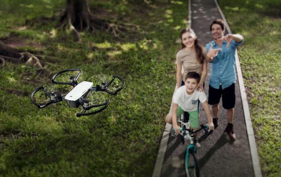 大疆发布超小型无人航拍机Spark 未来有望用手势操控无人机