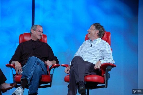 """然而,奇怪的是,乔布斯和盖茨总是互相尊重对方。在 2007 年的一场大会上,盖茨说过:""""我很想拥有史蒂夫的品位。"""""""