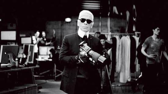 """卡爾拉格斐:""""我一鏡頭砸下去你可能會死。""""(設計對白)"""