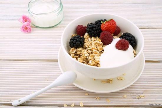 我们看到很多牛奶麦片的广告上,牛奶垂垂欲滴,看的自己的口水也垂