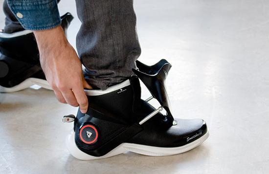 戴手环跑步不方便?试试这款智能运动鞋