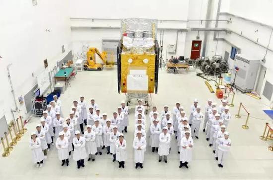 HXMT发射场试验队和整装待发的HXMT卫星的合影(作者 供图)
