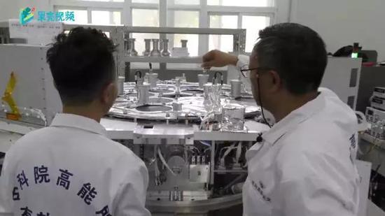 """""""慧眼""""项目首席科学家张双南给果壳网主笔Steed讲解""""慧眼""""搭载的主要探测仪器。图片来源:果壳视频"""