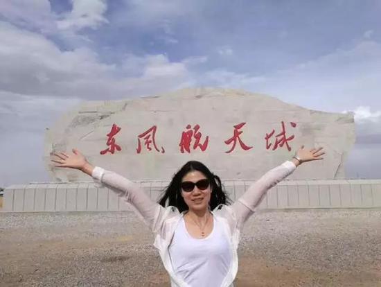 """作者刘红薇在""""小仙女""""硬X射线调制望远镜卫星飞天出发地留影"""