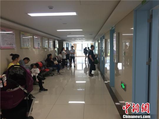图为宁波李惠利东部医院儿科候诊区 应红燕 摄