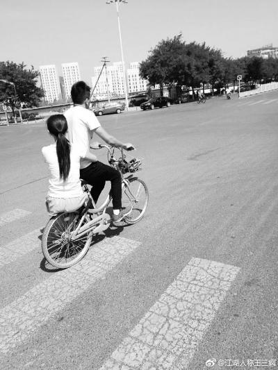 """共享单车""""花式载人""""资料图"""