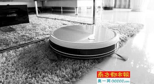 扫地机器人通常可以处理长绒毯、木地板等不同的地面。