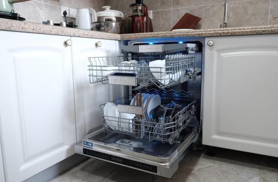 嵌入式洗碗机容量较大可一次收揽众多餐具