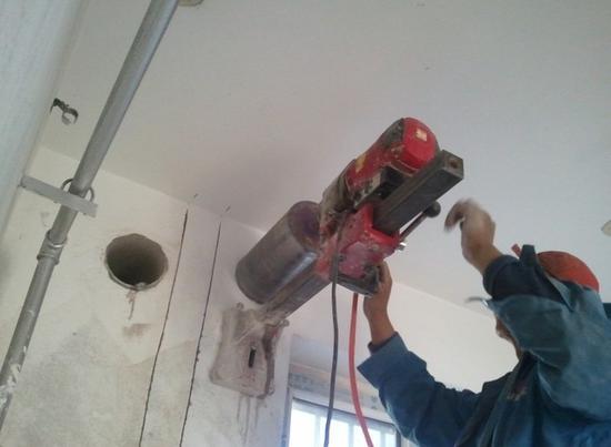 墙壁开孔要倾斜一定角度 并套管保护