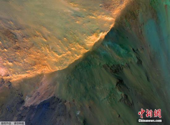当地时间3月21日,NASA公开其拍摄的火星水手谷北部乔凡塔深谷中,约1000米高的山丘。
