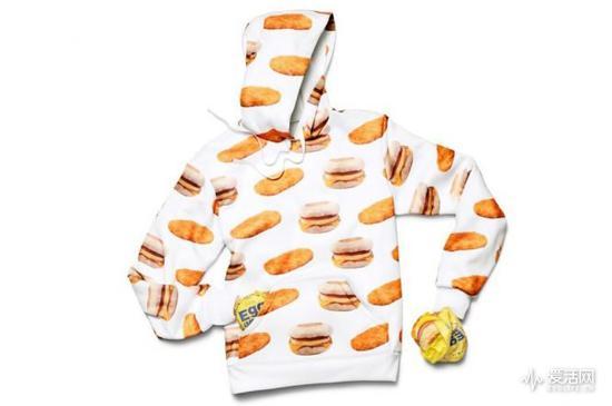 字母logo、黑白配色,再加上可爱巴巴的小薯条,你敢说这套运动服不够潮?