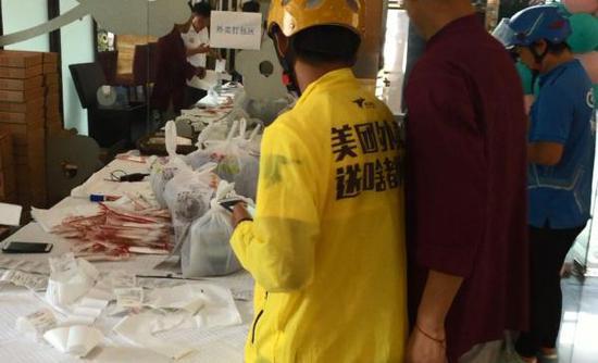 7月18日,邹南明前往餐厅取餐。澎湃新闻记者杨帆图