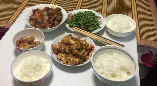 7月18日下午三点半,安娟为家人做好了午饭。澎湃新闻记者刘瑞图