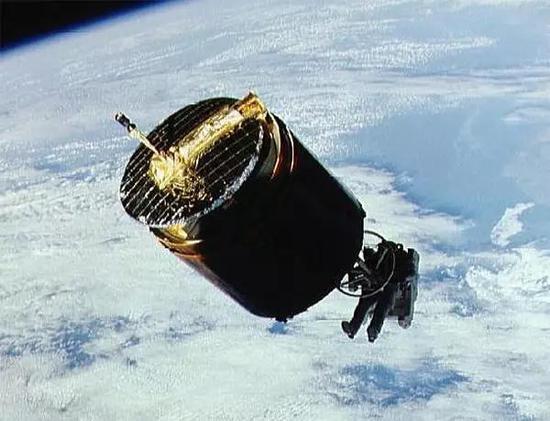 图 STS-51-A任务的宇航员Dale Gardner抓住了Westar6卫星