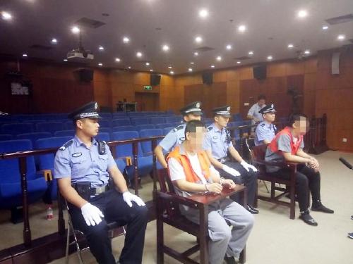 庭审结束后两名被告人接受记者采访。