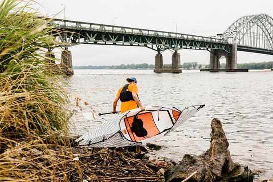 这个便携挎包可以在五分钟之内展开折叠成一艘功能完备的皮划艇