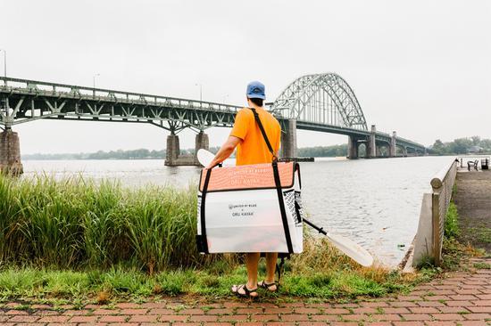 这款皮划艇经过折叠,可以轻松放入一个重量轻便于携带的挎包中,是城市居住者的理想选择