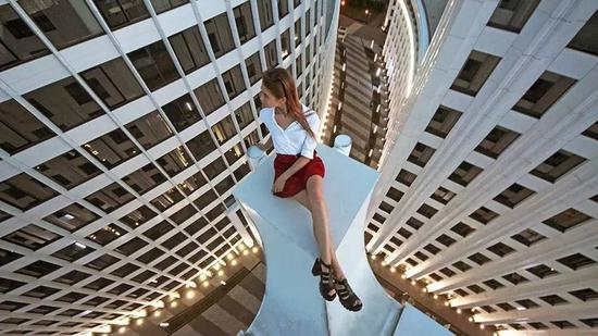 ?Angela Nikolau在莫斯科高楼上摆姿势拍照