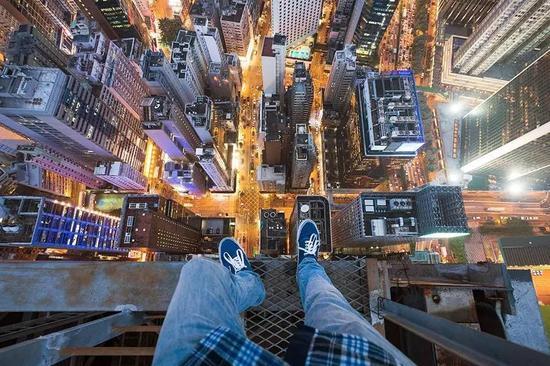 ?2013俄罗斯摄影师Angela Nikolau爬上世界著名高楼拍摄《空中行走》