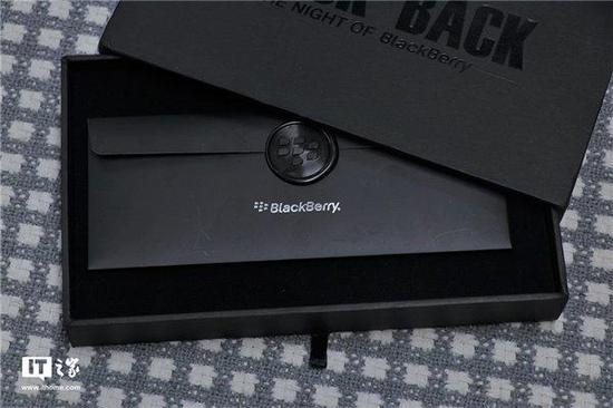 经典的黑色和小梅花标志,让邀请函充满了黑莓情怀