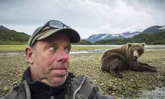 ?野生动物摄影师Paul Souders与灰熊自拍