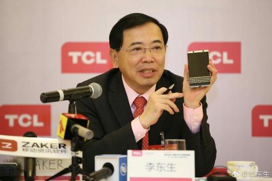 李东生在今年两会上向众多媒体展示KEYone手机