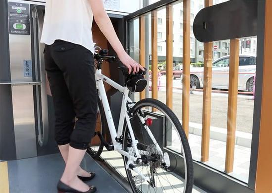 使用时,用户把自行车推向门口的前方,只要轻轻刷一下IC卡就可以了