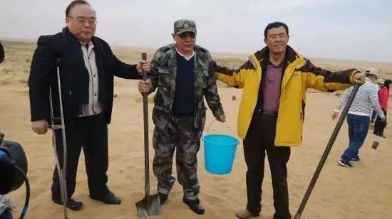 刘晓光(右)、任志强(中)、韩家寰(左)一同在项目基地种梭梭
