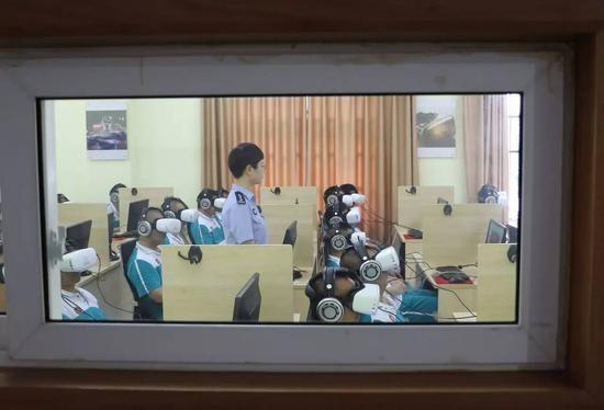 VR戒毒的原理是根据对撞反射理论,帮助戒毒人员降低毒品的渴求度,达到戒毒效果。@视觉中国
