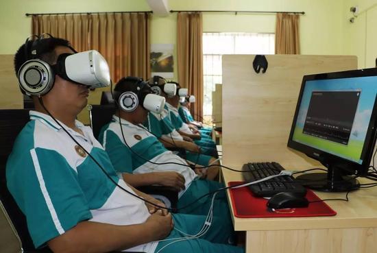 一名戒毒人员佩戴VR设备进行戒毒治疗。@视觉中国