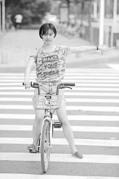 """共享单车流行 自行车""""骑行手语""""你会吗?"""