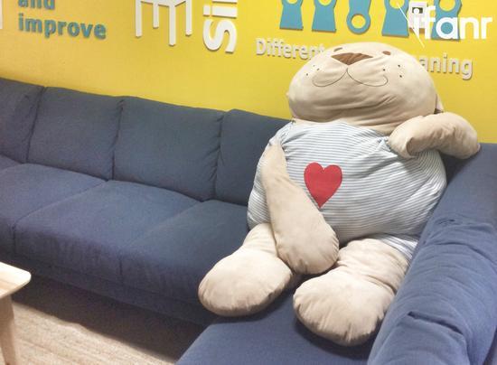(遇上这只超大熊,是爱范儿去参观最开心的时刻之一)
