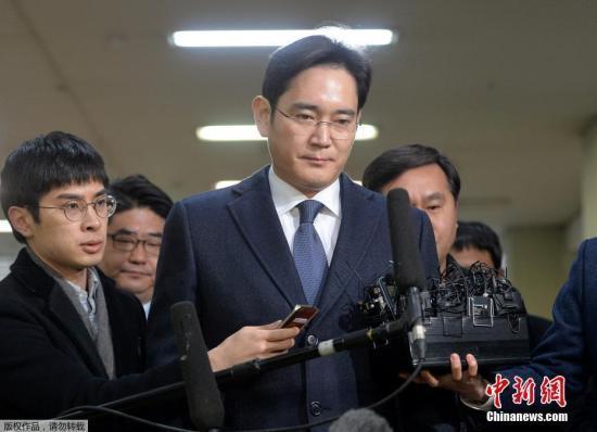 资料图:当地时间2月16日,三星集团领导人李在镕现身特别检察官办公室,出席法庭聆讯。