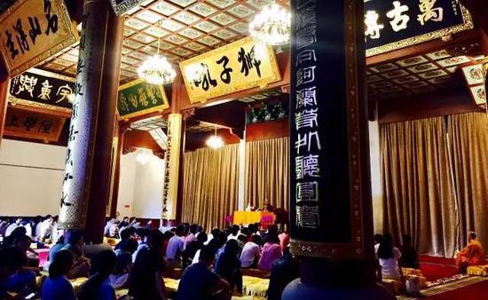 7月30日下午,同润法师在灵隐寺讲解传扬佛法。