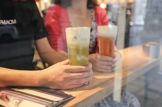 喝喜茶已成为年轻人的时尚(图片来源于网络)