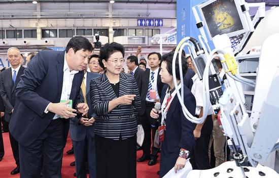8月23日,2017世界机器人大会开幕式在北京举行,中共中央政治局委员、国务院副总理刘延东出席并讲话。这是开幕式后,刘延东参观机器人应用展览。新华社记者张领摄