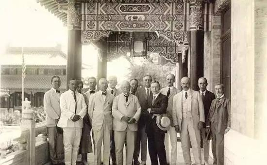上世纪20年代,洛克菲勒基金会的代表拜访北京协和医学院(Peking Union Medical College)。该校由洛克菲勒基金会于1917年捐资创办,1919年10月开办八年制医学本科,是我国最早设有八年制临床医学专业和护理本科教育的医学院校。
