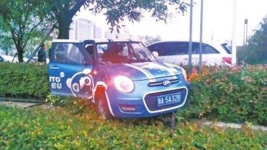 共享汽车撞了车又冲进绿化带