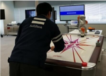 软银展示5G技术:手臂型机器人上演桌上冰球